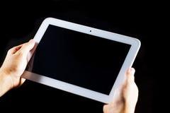 Mens die tabletPC met behulp van Stock Afbeeldingen
