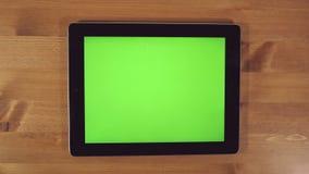 Mens die Tabletpc met het Groene Scherm met behulp van stock footage