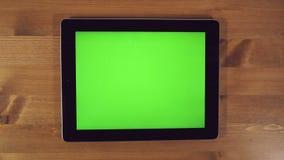 Mens die Tabletpc met het Groene Scherm met behulp van stock videobeelden