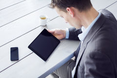 Mens die tabletpc op het bureau met behulp van Royalty-vrije Stock Foto's