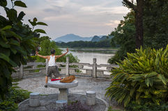 Mens die Tai chi in de banken van Li River in Guilin, China uitoefenen stock afbeelding