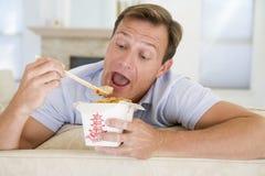 Mens die Takeaways met Eetstokjes eet royalty-vrije stock foto's