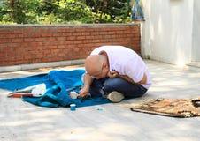 Mens die tapijt in Istanboel maken Royalty-vrije Stock Foto's