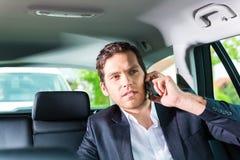 Mens die in taxi reizen, heeft hij een benoeming Stock Foto's