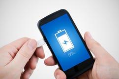 Mens die telefoonlader via USB met behulp van Stock Afbeeldingen