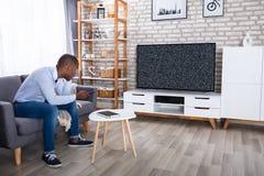 Mens die Televisie zonder Signaal bekijken stock foto's