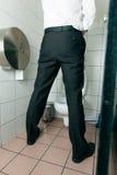 Mens die in toilet plast stock afbeelding