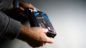 Mens die Toshiba OCZ Technology rd400 unboxing stock afbeelding