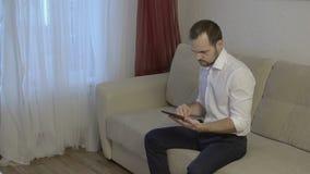 Mens die touchscreen van de tabletcomputer gebruiken stock footage