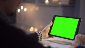 Mens die Touchscreen van de Tabletcomputer in Koffie gebruiken stock footage