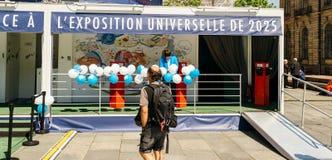 Mens die towar pavillion van de Kandidatuur van Frankrijk voor Wereldmarkt 2 lopen stock foto