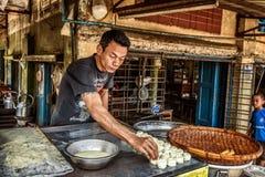 Mens die traditioneel Birmaans straatvoedsel in Yangon, Myanmar koken Stock Foto's