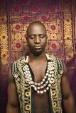Mens die traditionele Afrikaanse kleding draagt. royalty-vrije stock foto