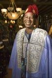 Mens die traditionele Afrikaanse kleding draagt. stock afbeelding
