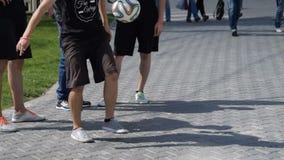 Mens die trucs met een bal tonen stock footage