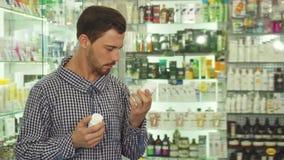 Mens die tussen twee drugs aarzelen stock footage