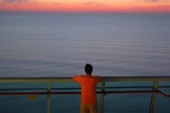 Mens die uit aan het Overzees kijkt Stock Foto's