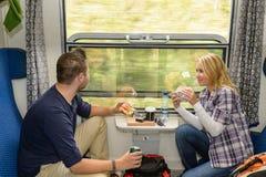 Mens die uit treinvenster het eten kijken royalty-vrije stock foto