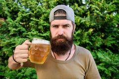 Mens die van bier in de zomer genieten Alcohol en barconcept Creatieve jonge brouwer Het ambachtbier is jong, stedelijk en modieu royalty-vrije stock afbeelding