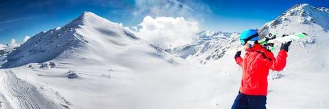 Mens die van de overweldigende mening genieten alvorens in beroemde skiresor te skien stock fotografie