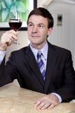 Mens die van een Glas Wijn geniet royalty-vrije stock foto's