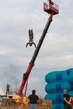 Mens die van een hoogte in de brandende doos springen Stock Foto's
