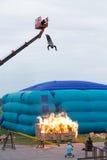 Mens die van een hoogte in de brandende doos springen Royalty-vrije Stock Foto's