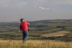 Mens die van model sailplane over platteland werpen Royalty-vrije Stock Fotografie