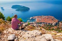 Mens die van mooie mening van Dubrovnik genieten Stock Fotografie