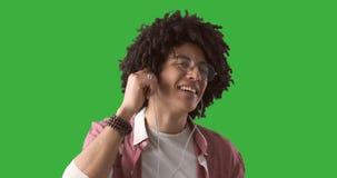 Mens die van muziek op oortelefoons genieten stock videobeelden