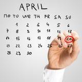 Mens die van Pasen-Dag op de kalender merken Stock Afbeeldingen