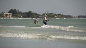 Mens die van Strand in Florida vissen stock footage