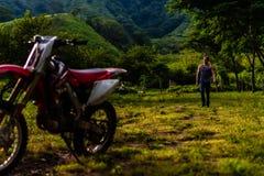 Mens die vanaf vuilfiets lopen in Guatemalaanse bergen royalty-vrije stock fotografie