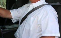 Mens die veiligheidsgordel draagt Stock Fotografie
