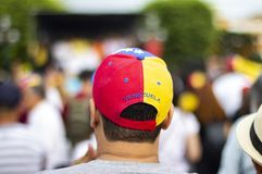 Mens die Venezolaanse vlag GLB dragen die zich bij protest bevinden royalty-vrije stock afbeeldingen