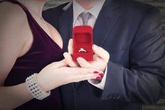 Mens die verlovingsring voorstellen aan zijn fiancee royalty-vrije stock fotografie