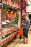 Mens die vers vlees kopen Royalty-vrije Stock Foto's
