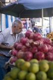 Mens die verse vruchten in Amman markt verkopen Stock Afbeeldingen
