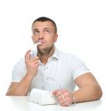 Mens die verstuiver voor de ademhalingsbehandeling van het inhaleertoestelastma met behulp van stock foto's