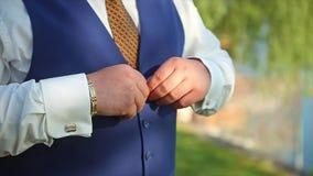 Mens die Vest dichtknopen die aan Huwelijksbruidegom voorbereidingen treffen stock footage