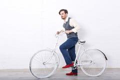 Mens die in vest een fiets houden stock afbeeldingen