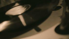 Mens die vinylverslag op speler, persoon zetten die van de oude inzameling van de jazzmuziek genieten stock video