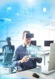 Mens die Virtuele de Werkelijkheidshoofdtelefoon van VR met Interface dragen Royalty-vrije Stock Foto's