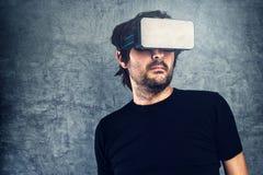 Mens die virtuele werkelijkheidsbeschermende brillen voor 3d VR-inhoud dragen van verschillende media Stock Fotografie