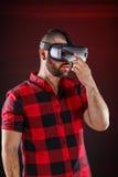 Mens die Virtuele Werkelijkheidsglazen dragen royalty-vrije stock foto's
