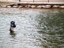 Mens die vissen het flyfishing vangen Royalty-vrije Stock Afbeeldingen
