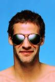 Mens die vliegenierszonnebril draagt royalty-vrije stock afbeeldingen