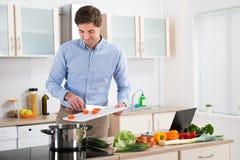 Mens die Voedsel in Keuken voorbereiden Royalty-vrije Stock Foto
