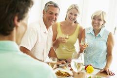 Mens die Voedsel voor de Partij van het Diner voorbereidt Stock Fotografie