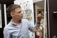Mens die voor badkamersmateriaal winkelen in opslag Royalty-vrije Stock Foto's